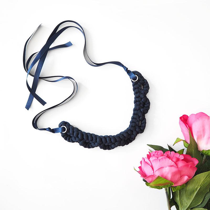 romanticna-ogrlica-temno-modra-z-dodatkom-1